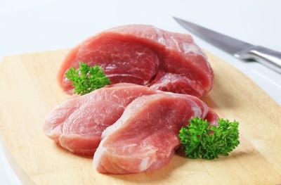 czerwone mięso na desce do krojenia